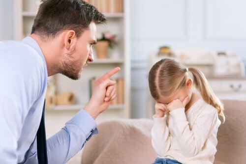 Pai dando uma bronca em sua filha