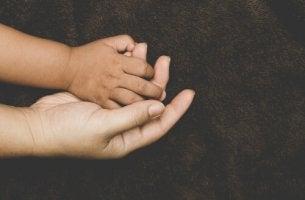 Como se desenvolve o apego nos filhos adotivos?