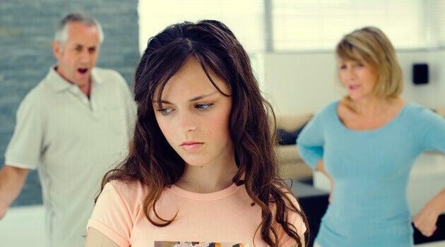 Pais brigando com filha adolescente