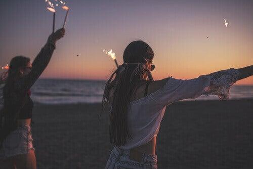 Adolescentes em festa na praia