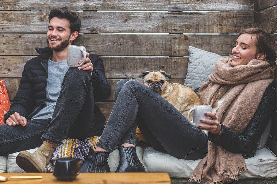 Amigos tomando café com cachorro