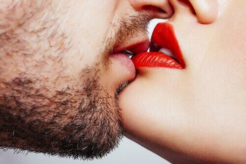 Homem e mulher se beijando sensualmente