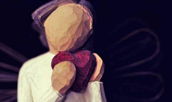 Boneca de madeira com coração