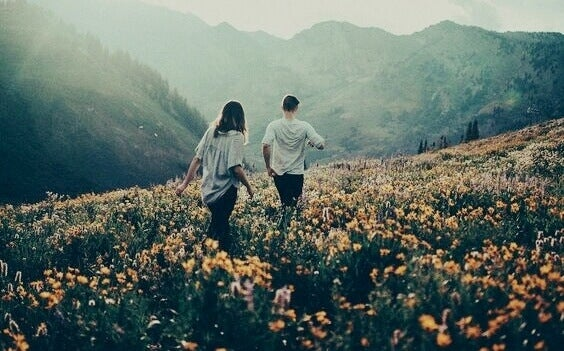 Casal passeando na natureza