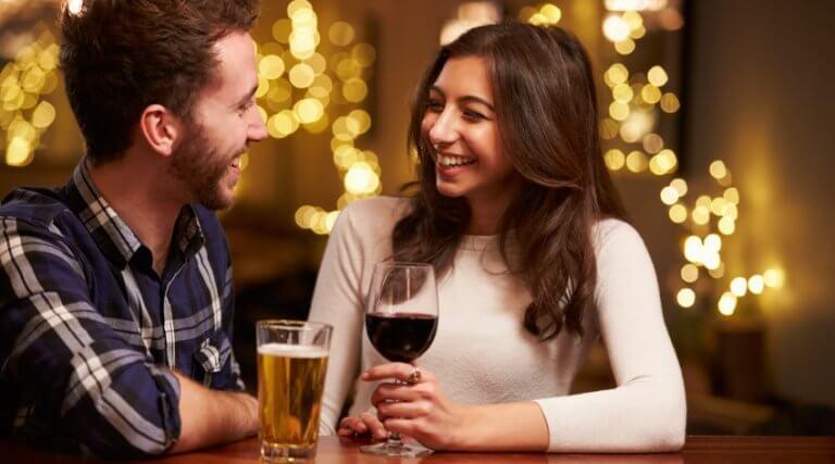 Casal tomando vinho e cerveja