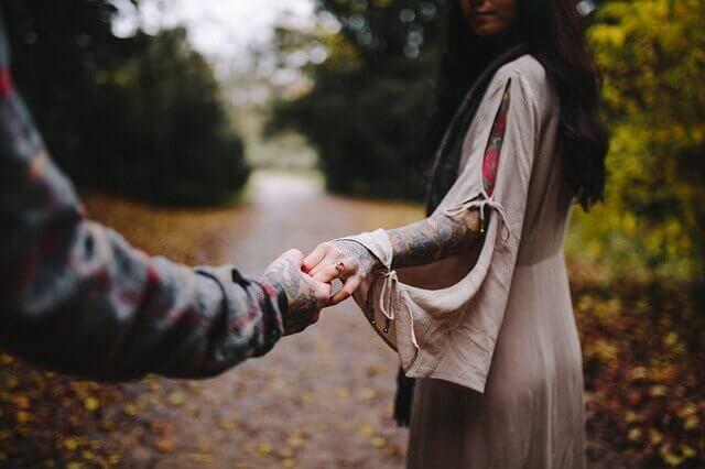 Mulher e homem dando as mãos