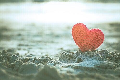 Coração de crochê na praia