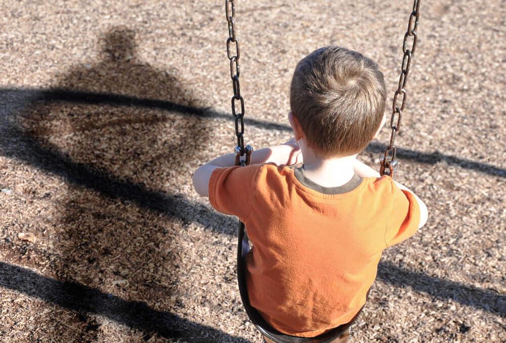 Criança sendo ameaçada pelo pai