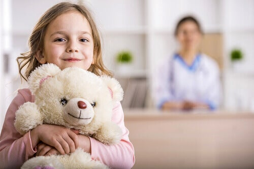 Criança abraçando ursinho de pelúcia