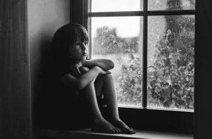 Criança sofrendo negligência emocional