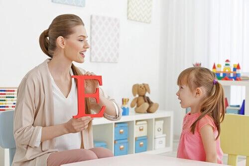 Criança aprendendo a falar