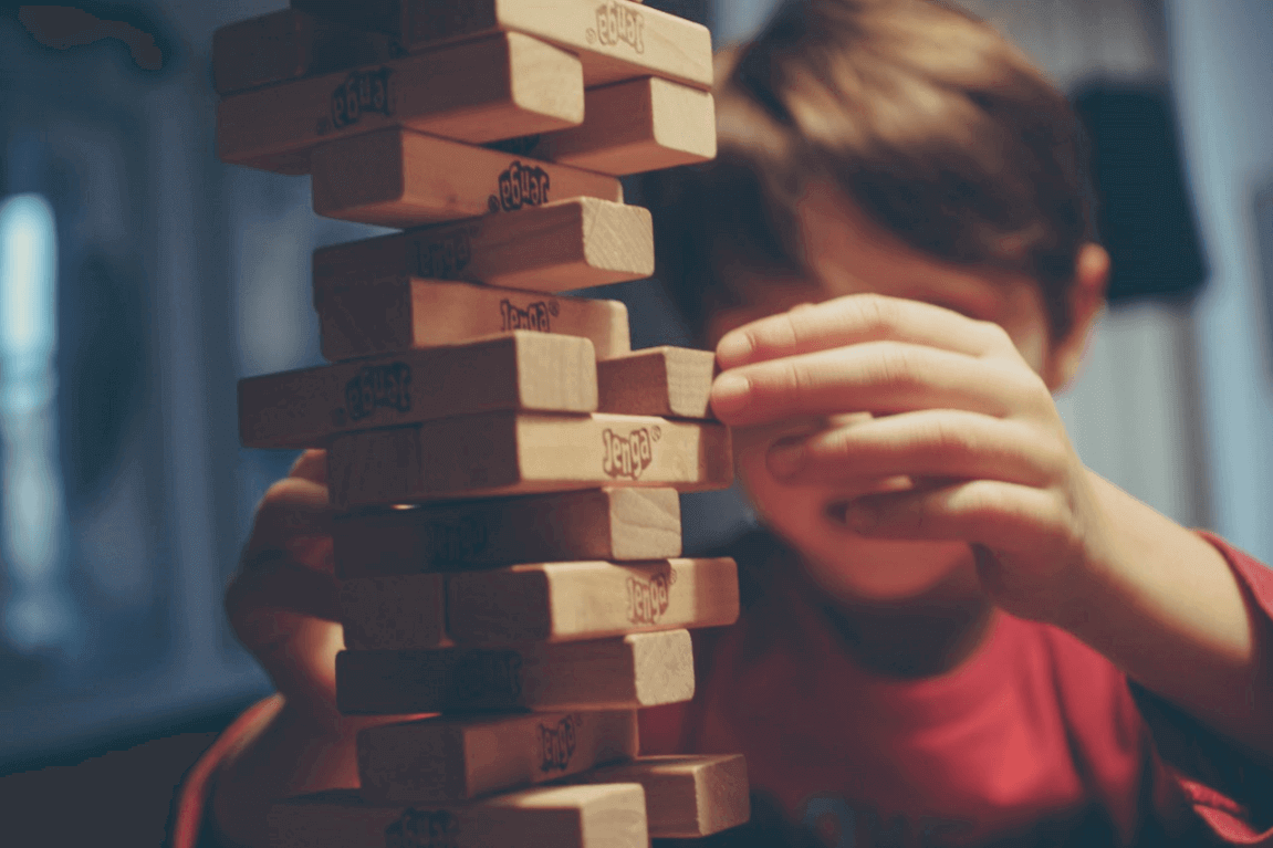 Menino brincando de construir torre