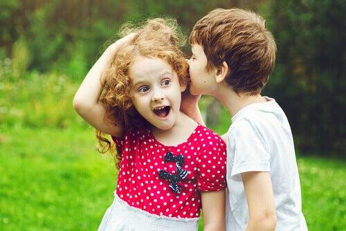 Crianças contando segredo