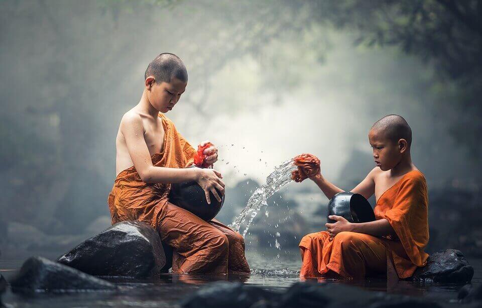 Monges budistas em rio
