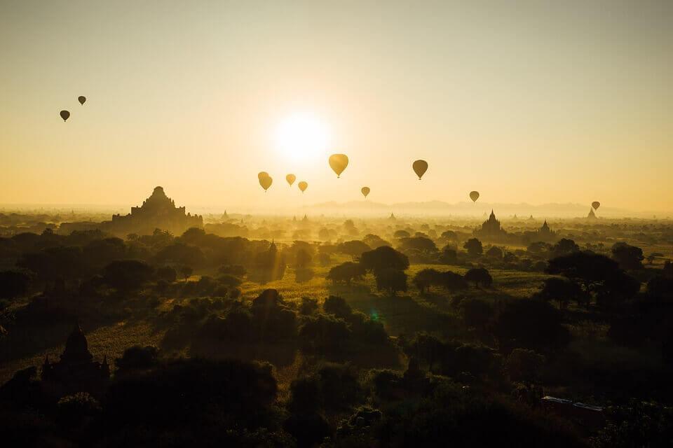 Balões voando no amanhecer