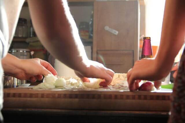 Casal cozinhando junto