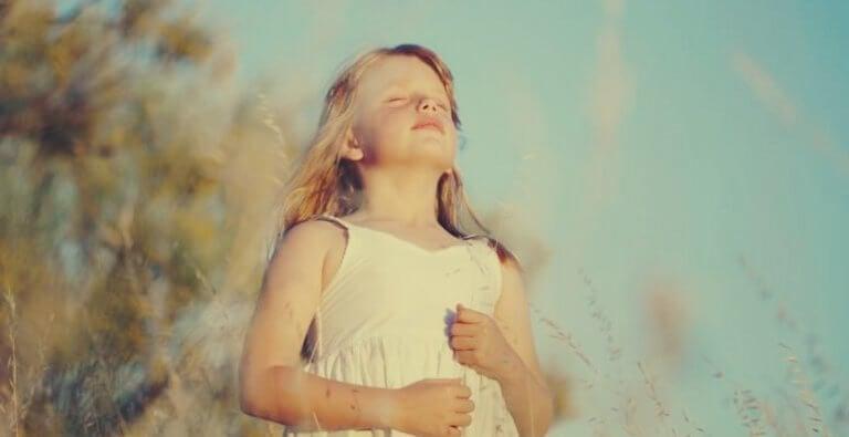 Menina respirando profundamente