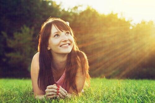 Mulher feliz em dia bonito