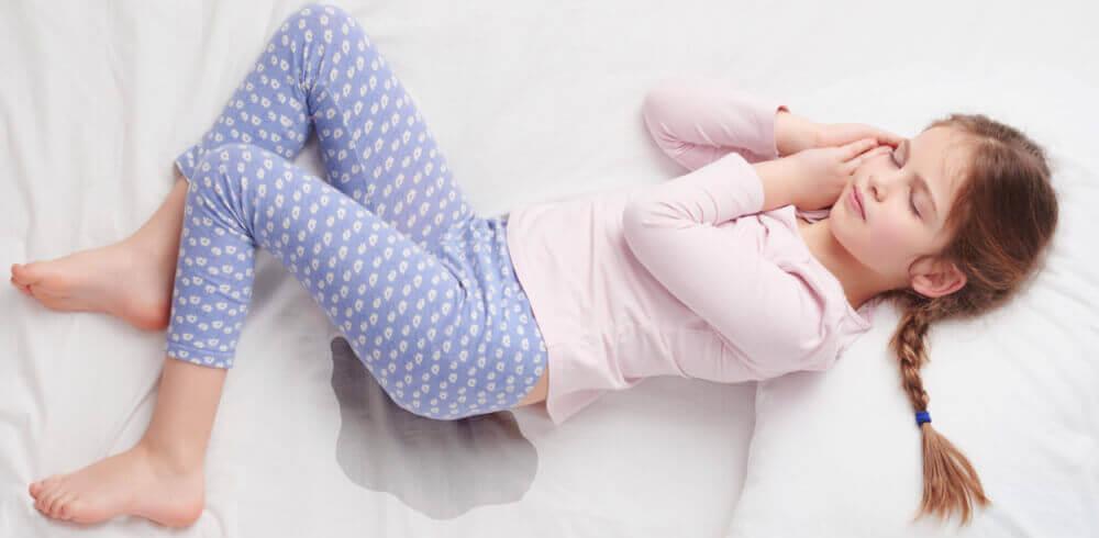 Menina dormindo e fazendo xixi na cama