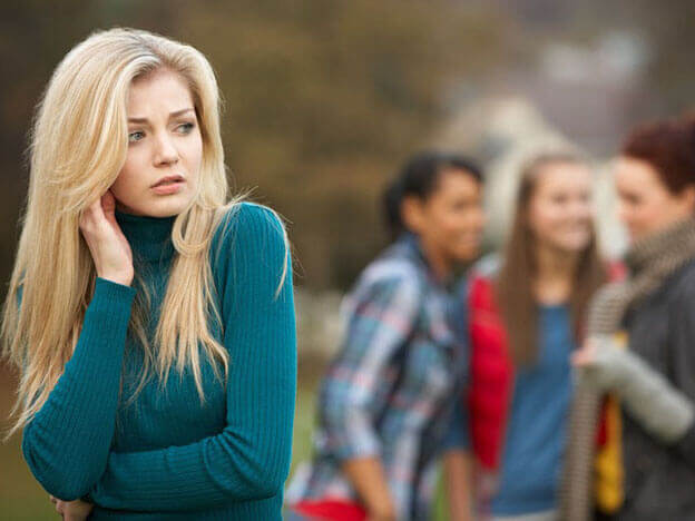 Menina sendo alvo de fofocas