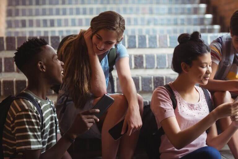 Grupo de amigos conversando na escola
