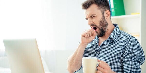 Homem bocejando no trabalho
