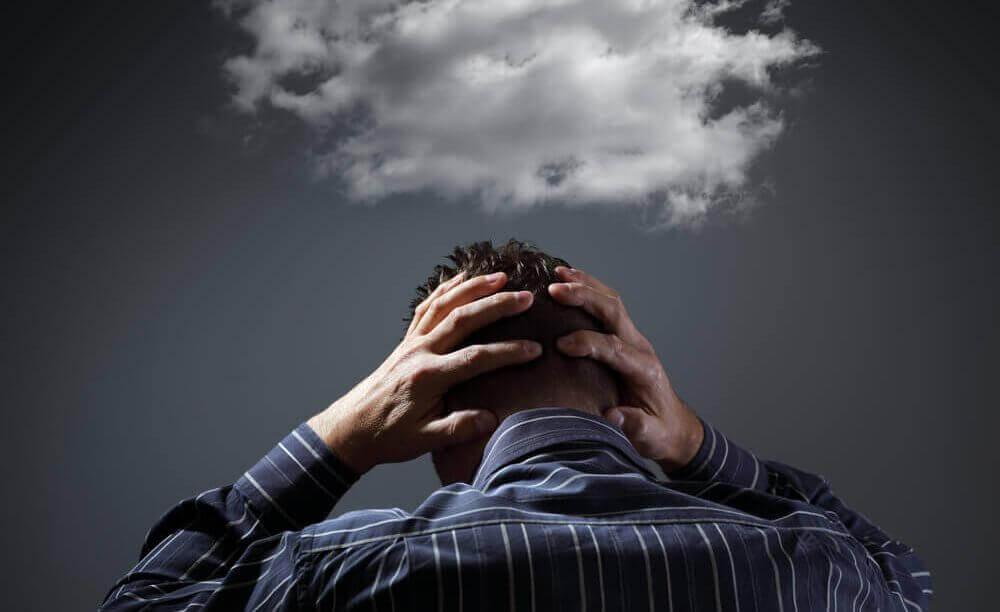 Homem com nuvem sobre a cabeça