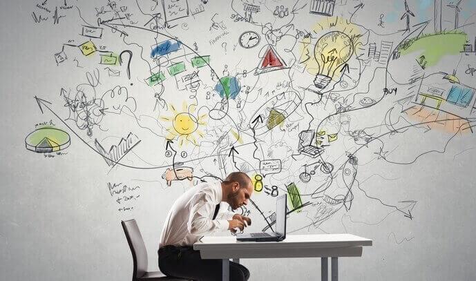Homem trabalhando em seus projetos