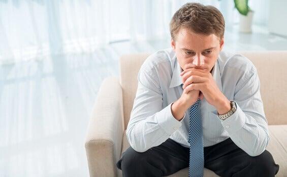 Homem frustrado na terapia