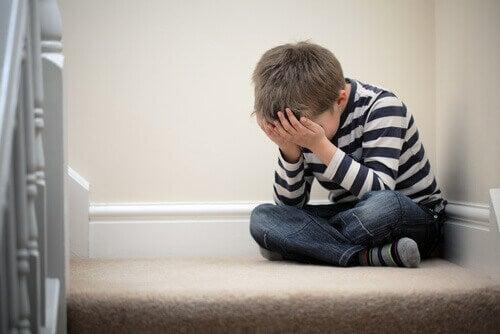 Criança chorando na escada