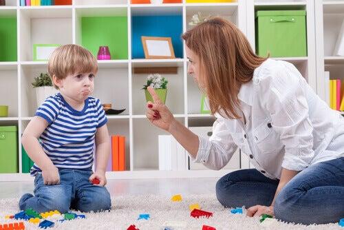 Mãe brigando com seu filho