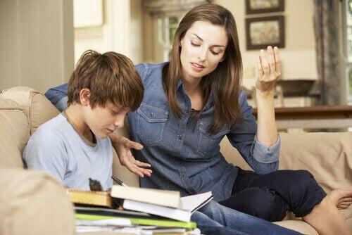 Mãe ajudando filho a estudar