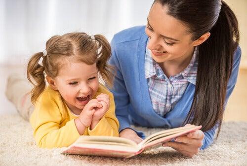 Mãe lendo com sua filha