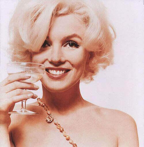 Marilyn Monroe com drinque na mão