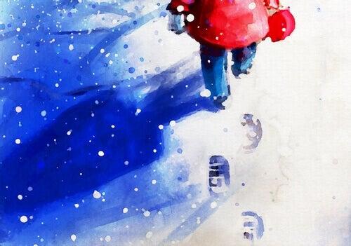 Criança caminhando na neve