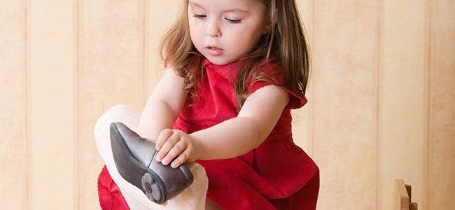 Menina colocando sapato