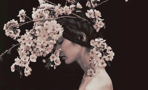Mulher com galhos de flores