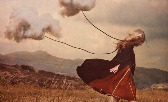 Mulher sendo puxada por nuvens