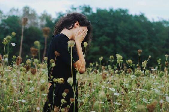 Mulher pensando nas dificuldades de sua vida