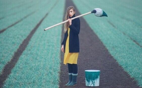 Mulher com tinta em plantação