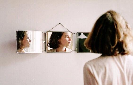 Mulher se olhando em espelhos