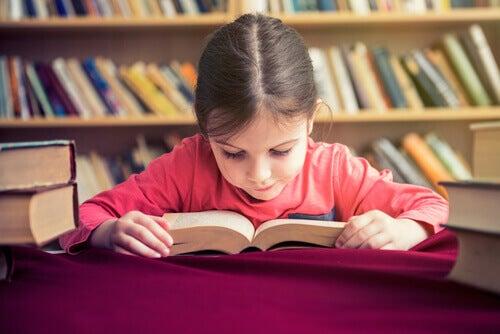 Criança lendo livro