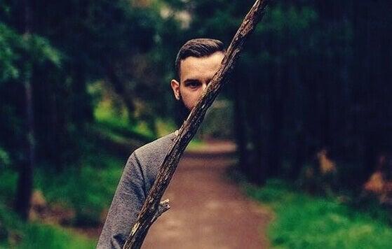 Homem invisível em floresta