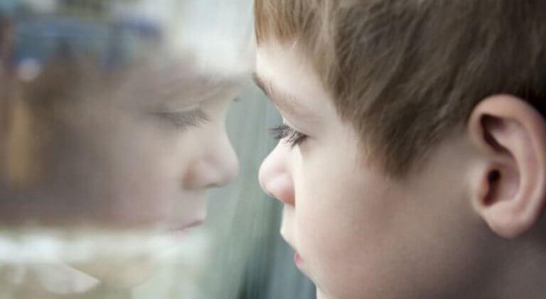 Criança triste e sofrendo