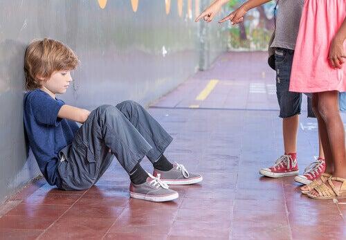 Crianças fazendo bullying com menino