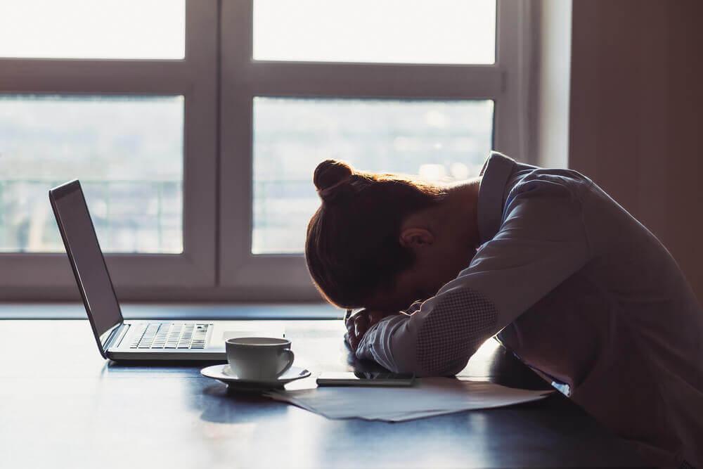 Mulher enfrentando dificuldades no trabalho