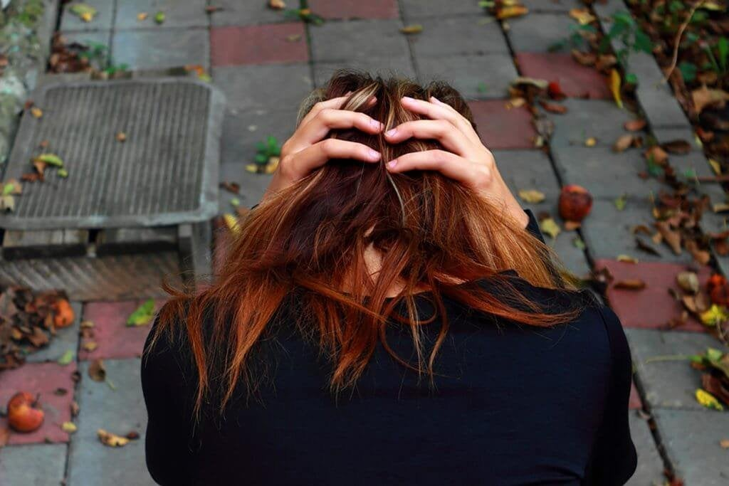 Mulher lutando contra problemas mentais