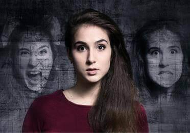 Menina tendo alucinações