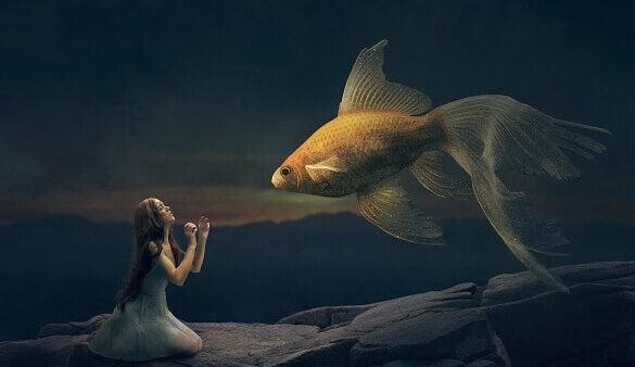 Jovem diante de peixe gigante