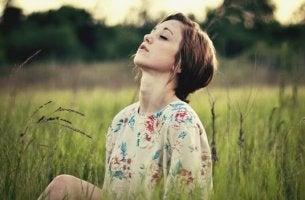 Mulher com a mente silenciosa